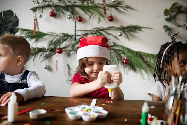 Crianças fazendo projetos de natal diy