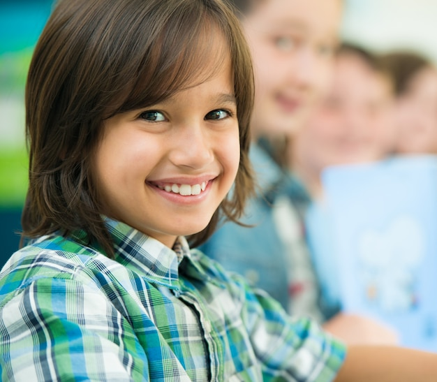 Crianças felizes aprendendo na sala de aula da escola