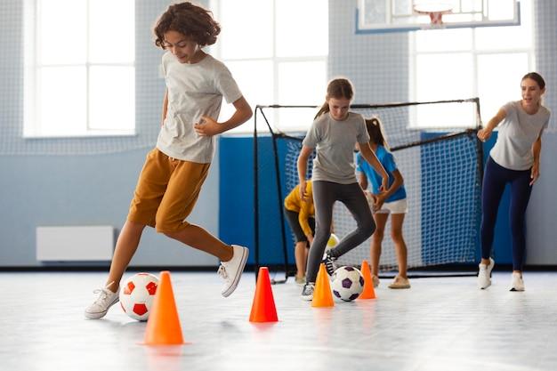 Crianças felizes aproveitando a aula de educação física