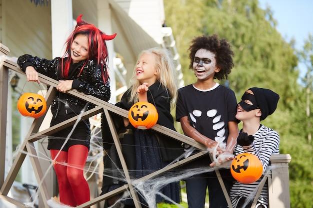Crianças felizes, aproveitando o halloween