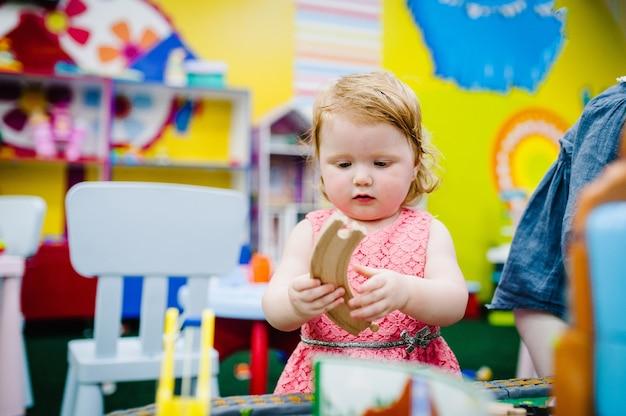 Crianças felizes, as meninas estão brincando na brinquedoteca infantil no aniversário delas.