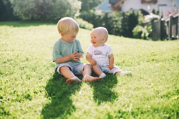 Crianças felizes brincando na natureza ao ar livre irmão e irmã se divertem juntos no verão lá fora