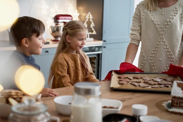 Crianças felizes com biscoitos de gengibre quentes