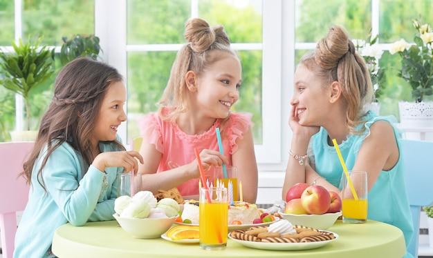 Crianças felizes com bolo na festa de aniversário