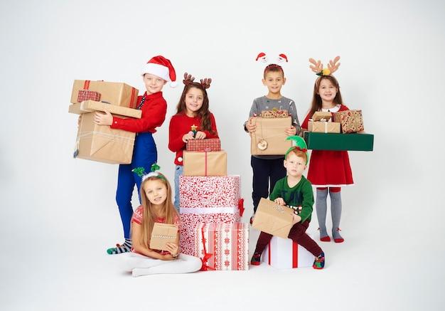 Crianças felizes com muitos presentes