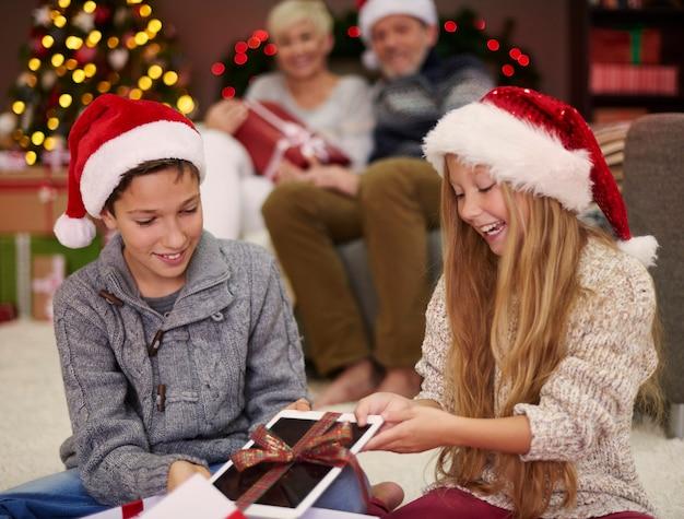 Crianças felizes com o presente de natal