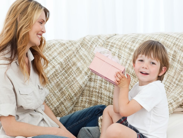Crianças felizes com seu presente