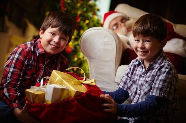 Crianças felizes com seus presentes