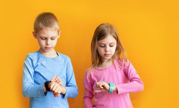 Crianças felizes com um relógio gps inteligente
