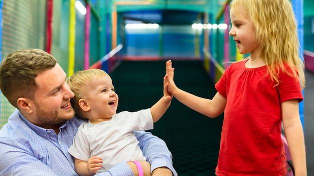 Crianças felizes cumprimentando
