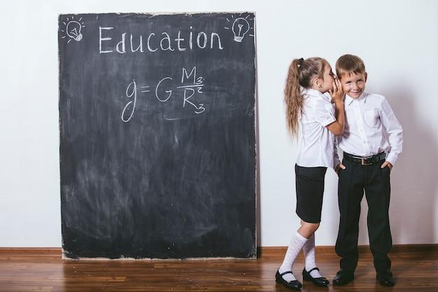 Crianças felizes da escola primária na classe