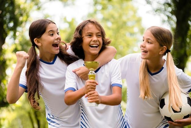 Crianças felizes depois de vencerem uma partida de futebol
