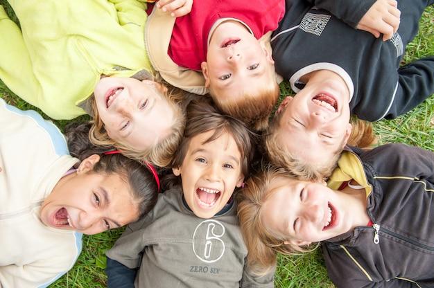 Crianças felizes, desfrutando de viagem
