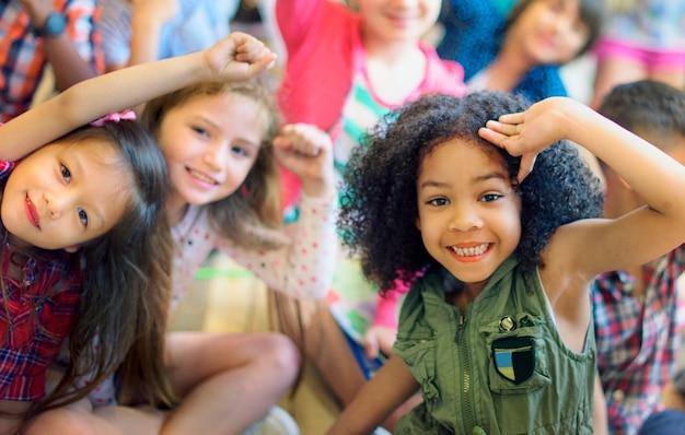 Crianças felizes e diversificadas em idade escolar