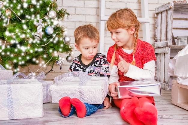 Crianças felizes em casa no natal