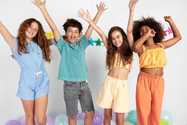 Crianças felizes em cena média comemorando