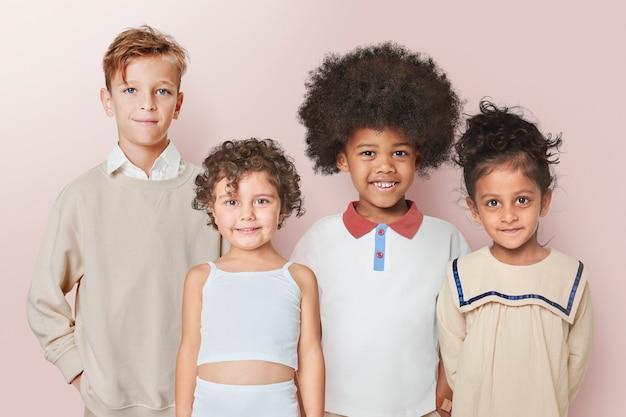 Crianças felizes em um vestido minimalista