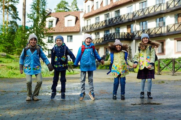 Crianças felizes, indo para a escola
