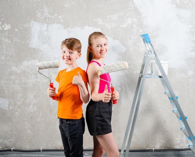 Crianças felizes, irmão e irmã fazendo reformas em casas sorrindo menino e menina