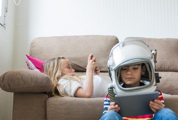 Crianças felizes jogando videogame.