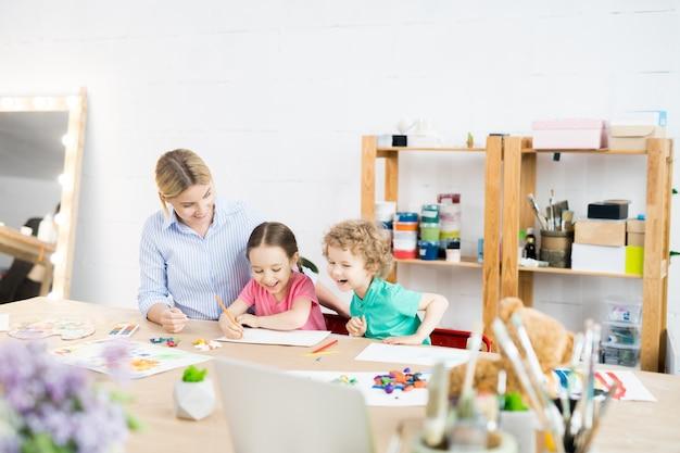 Crianças felizes na aula de arte