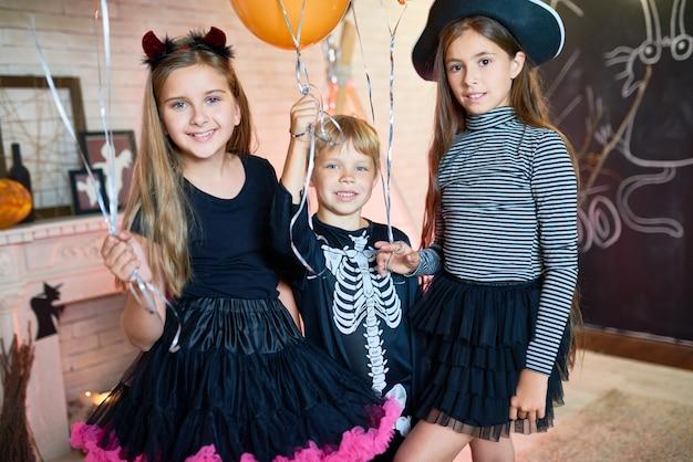 Crianças felizes na festa de halloween