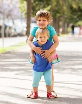 Crianças felizes na rua