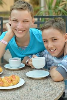 Crianças felizes no café da manhã em resort tropical