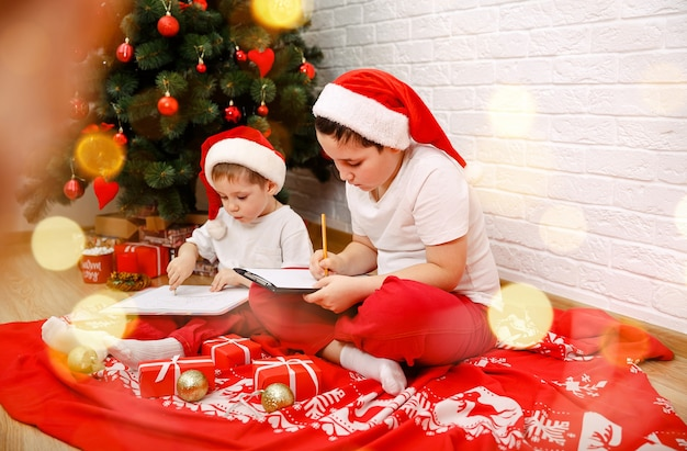 Crianças felizes pensando nos presentes dele, feliz natal