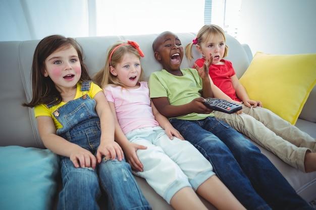 Crianças felizes rindo enquanto se sentam
