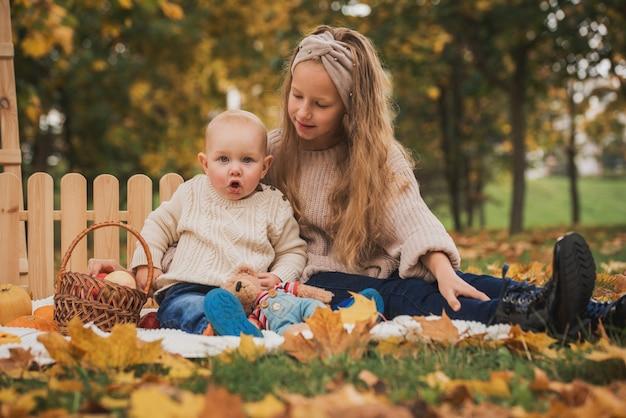 Crianças felizes sentadas em um cobertor ao ar livre
