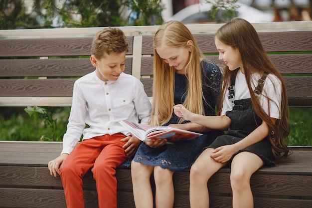 Crianças felizes sentadas juntas e sorrindo