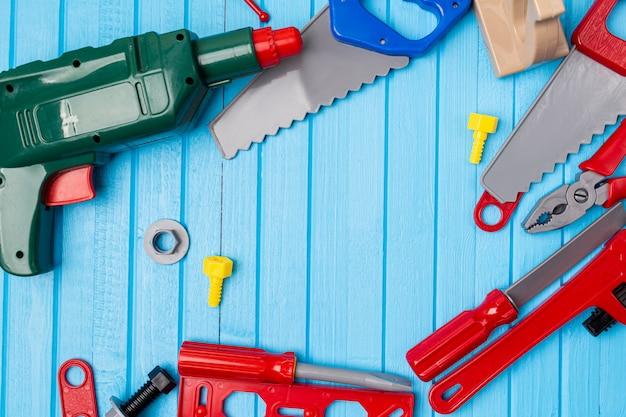 Crianças, ferramentas de brinquedo colorido de crianças, chaves, fundo de instrumento com espaço de cópia, jogar, chave inglesa, chave de fenda, reparação, equipamento, infância, criança, buildi