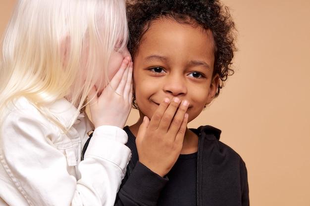 Crianças fofas adoráveis e diversificadas sorrindo juntas e isoladas