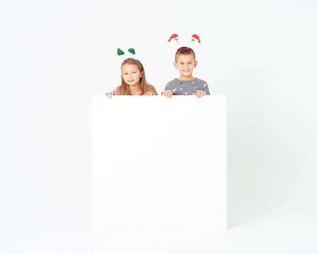 Crianças fofas com banner em branco