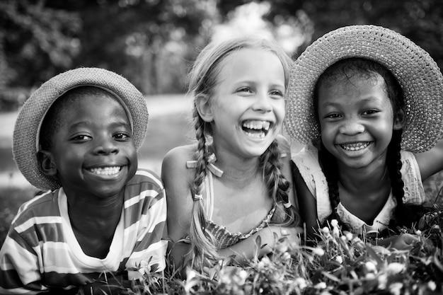 Crianças fofas e diversificadas brincando no parque