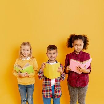 Crianças fofas no evento do dia do livro
