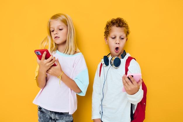Crianças fofas telefonam para selfie divertido, divertido fundo isolado