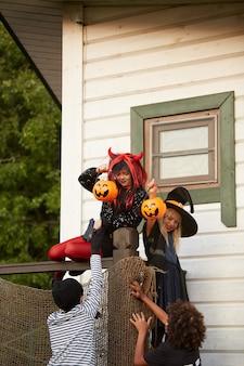 Crianças fugindo no halloween