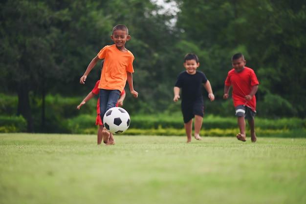 Crianças, futebol jogando futebol