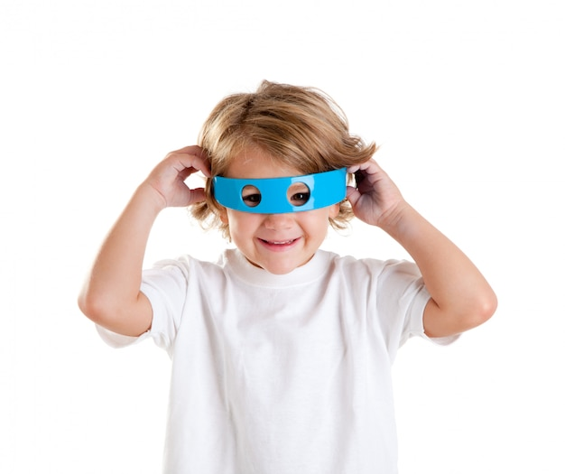 Crianças garoto com óculos azuis engraçados futuristas felizes em fundo branco