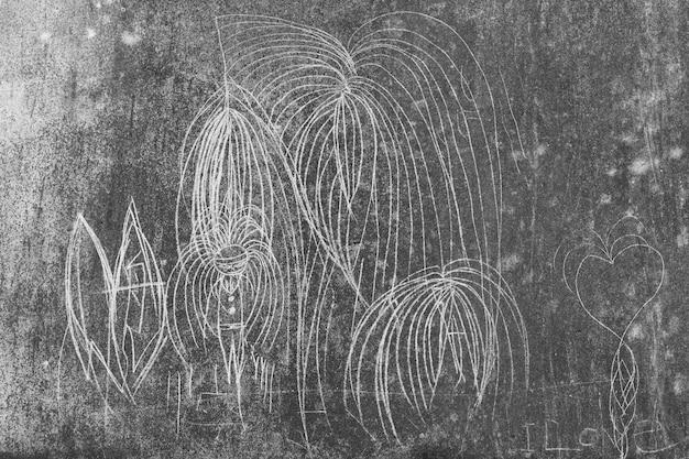 Crianças grafitando em paredes manchadas