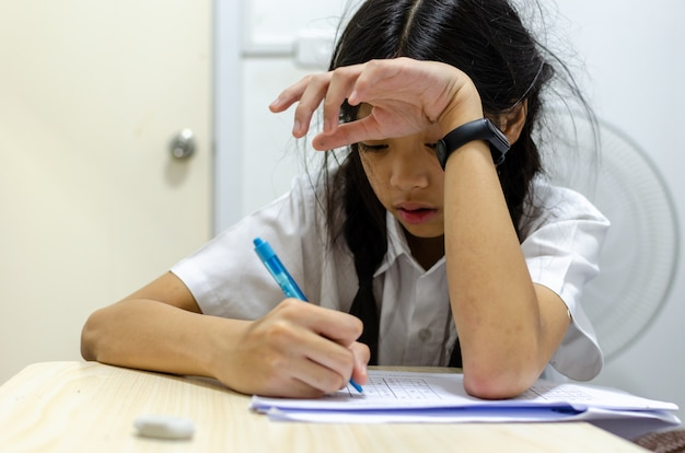 Crianças gritam de lição de casa