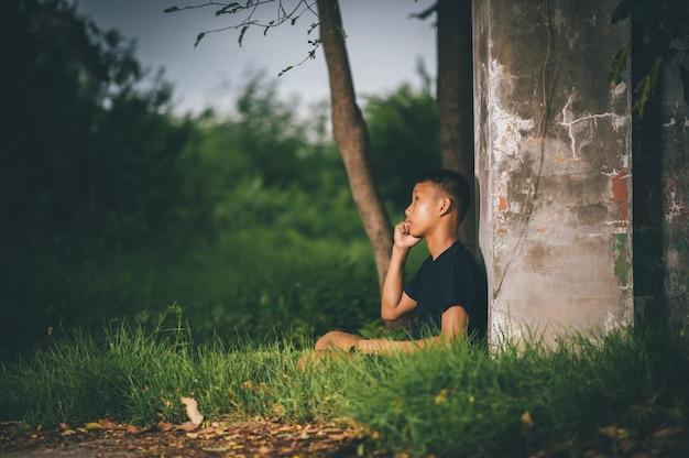 Crianças inteligentes, crianças com idéias e felicidade ao mesmo tempo, conceitos de conhecimento
