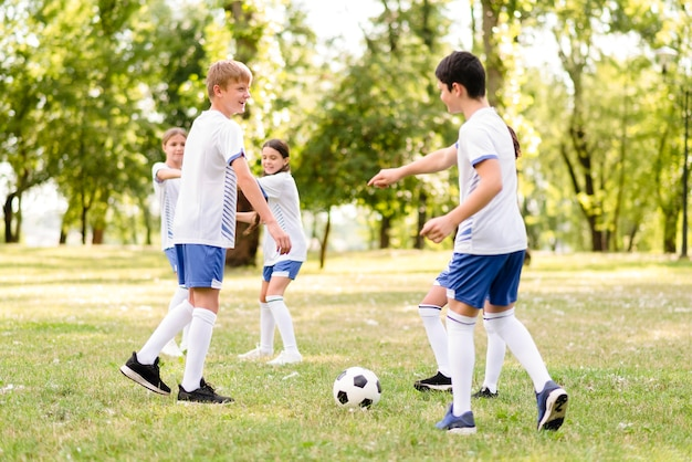 Crianças jogando futebol juntas