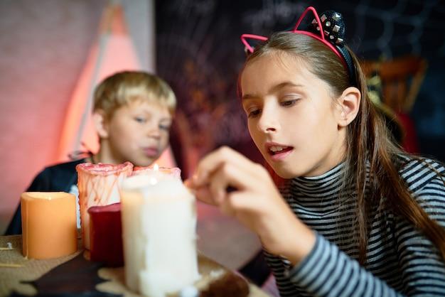 Crianças jogando mágica no dia das bruxas