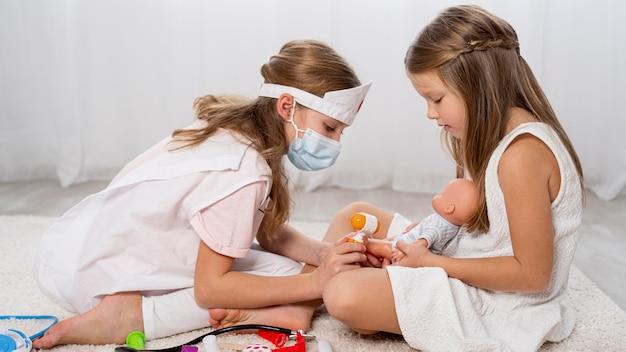 Crianças jogando um jogo médico em casa