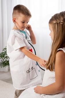 Crianças jogando um jogo médico