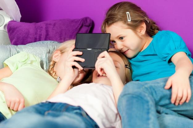 Crianças jogando videogame