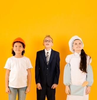 Crianças jovens, olhando frente, vista